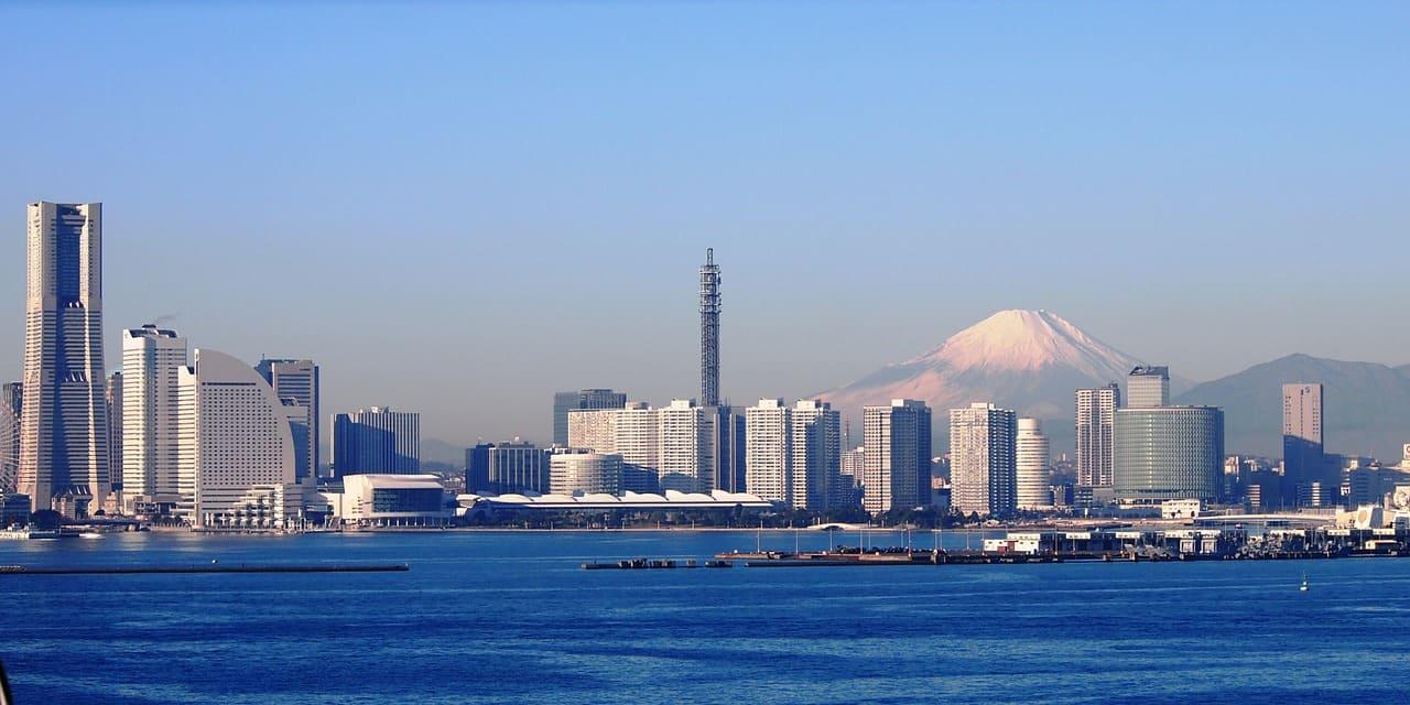 Die Skyline von Yokohama mit bleuem Meer, dahinter der heilige Berg Fuji