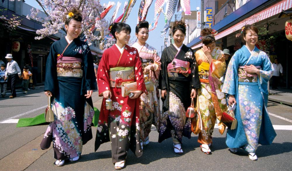 Junge Mädchen in Japan mit bunten Kimonos