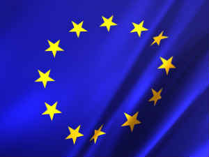EU-Pauschalreiserichtlinie und Europäische Flagge mit goldenen Sternen