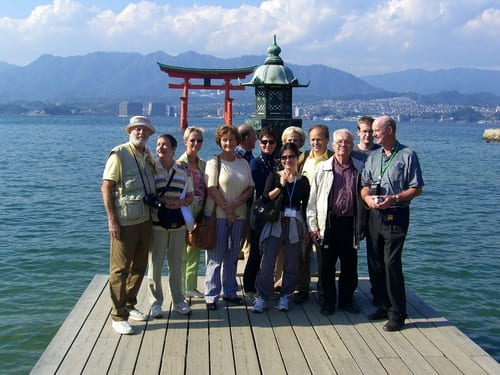Münchina Kunden vor einem japanischen Torii